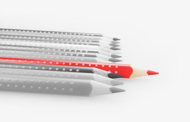 Taufkerze selbst gestalten: so schön & einfach! - Ein Bleistift auf einer weißen Fläche - Bleistift